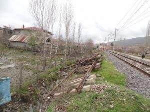 Devlet Demir Yollarının Rayları Kanalları Tıkıyor
