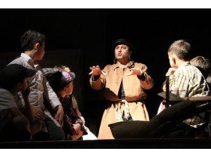 Gaziemir'de 'Savaş Oyunu' İzleyiciyle Buluştu